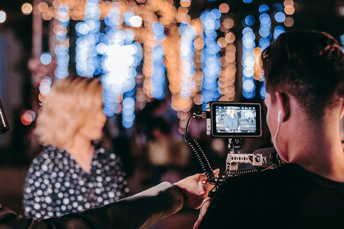 4_Ein-Kameramann-bringt-dynamische-Perspektiven-in-Online-Events-(c)-Eventnet-GmbH
