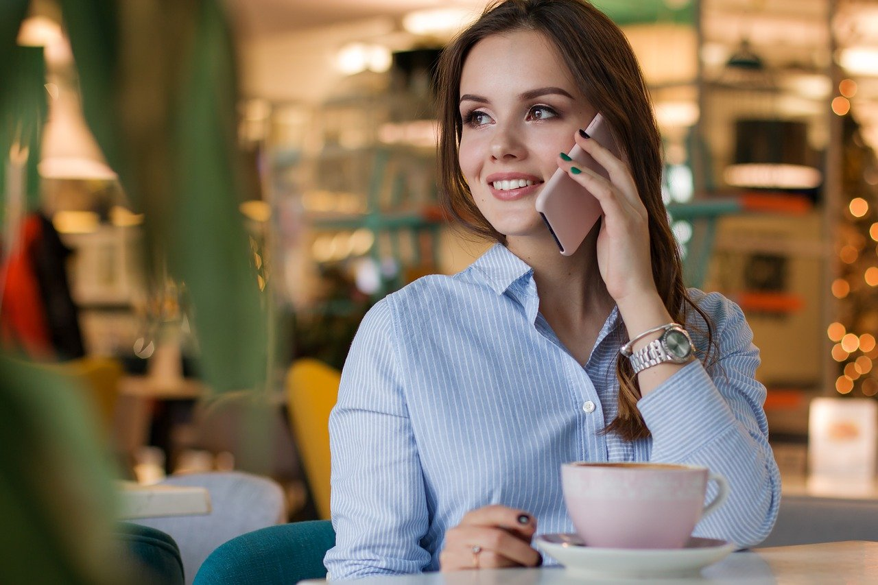 woman-cafe-smartphone